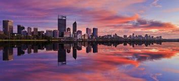 Panorama do nascer do sol do rio do rosa de Perth CBD Imagem de Stock