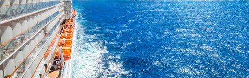Panorama do navio de cruzeiros e do oceano profundo azul foto de stock royalty free