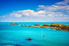 Panorama do oceano de Brittany, ilhas e farol Ponto du Grouin Imagens de Stock