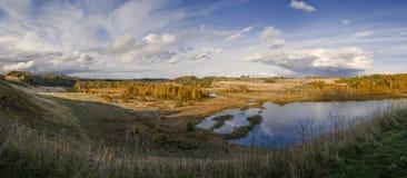 Panorama do outono do vale e do lago de Malsky contra o céu azul brilhante Fotografia de Stock Royalty Free