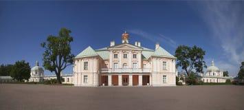 Panorama do palácio grande de Menshikov, vista da jarda A cidade de Lomonosov, oblast de Leninegrado, foto de stock