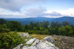 Panorama do parque nacional de pedras azuis em Sliven, Bulgária nuvem foto de stock