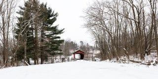 Panorama do parque que contém Shaeffer Campbell Covered Bridge imagem de stock royalty free