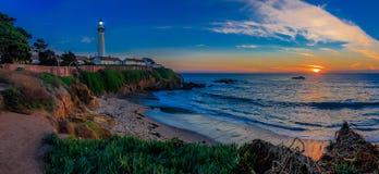 Panorama do pombo Pight Lightouse em Califórnia no por do sol fotografia de stock royalty free