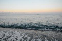 Panorama do por do sol bonito no oceano fotografia de stock royalty free