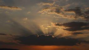 panorama do por do sol fantástico acima do mar vídeos de arquivo