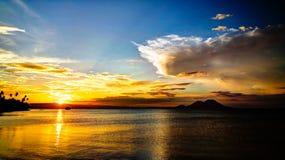 Panorama do por do sol com o vulcão de Tavurvur em Rabaul, ilha de New Britain, Papuásia-Nova Guiné imagens de stock royalty free