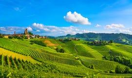 Panorama do por do sol dos vinhedos de Langhe, Serralunga alba, Piedmont, AIE Fotos de Stock Royalty Free