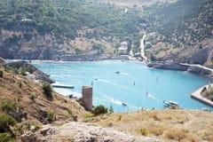 Panorama do porto bonito com montanhas e do mar azul do espaço livre com iate em um dia ensolarado fotos de stock royalty free