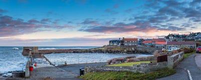 Panorama do porto e da vila de Craster fotos de stock royalty free