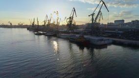 Panorama do porto fluvial com os guindastes de levantamento para carregar e descarregar da embarcação do comércio internacional n video estoque