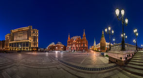 Panorama do quadrado de Manege e do Kremlin de Moscou na noite Fotografia de Stock