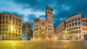 Panorama do quadrado de San Lorenzo da praça com a catedral de Genoa, Itália filme