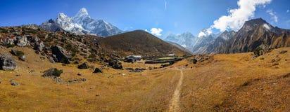 Panorama do recurso da vila de montanhas de Ama Dablam e de Chamlang fotografia de stock royalty free