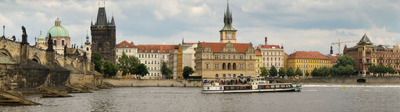 Panorama do rio de Charles Bridge e de Vltava em Praga Fotos de Stock