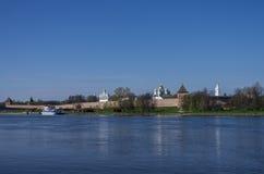 Panorama do rio Volkhov e do Kremlin, Veliky Novgorod Fotos de Stock Royalty Free