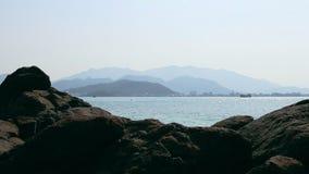 Panorama do seascape com o oceano das pedras e o sity azuis da skyline video estoque