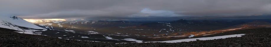 Panorama do shinig do sol da meia-noite sobre as montanhas Imagem de Stock Royalty Free
