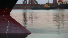 Panorama do submerso na curva do cargueiro da água do navio sob o peso da carga Marcas de esboço em um bulker - linha de flutuaçã filme
