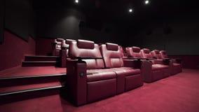 Panorama do teatro com as poltronas do couro do conforto, cinema sem povos, cinema antes da sessão, vip do cinema vídeos de arquivo