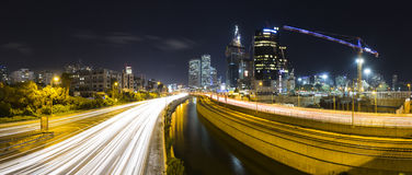 Panorama do telefone Aviv City And Ayalon Freeway na noite fotografia de stock