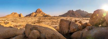 Panorama do terreno rochoso de Spitzkoppe, Namíbia imagens de stock