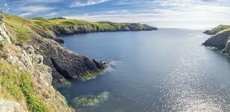 Panorama do trajeto de Carreg Onnen Bay Along Pembrokeshire Coast imagem de stock
