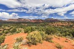 Panorama do vale e de formações de rocha vermelhas no fundo Foto de Stock Royalty Free