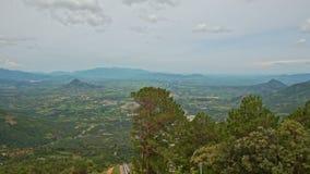 Panorama do vale pitoresco entre montes verdes vídeos de arquivo