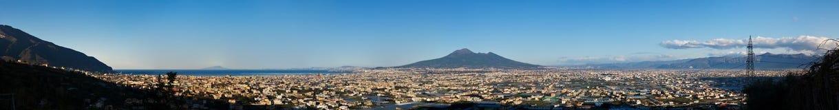 Panorama do vulcão Vesuvio no alvorecer fotografia de stock