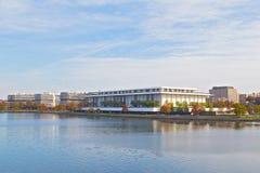 Panorama do Washington DC do Rio Potomac na margem de Georgetown com John F Kennedy Center para as artes de palco em uma vista foto de stock royalty free