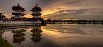 Panorama dorato di tramonto della torre gemella fotografia stock