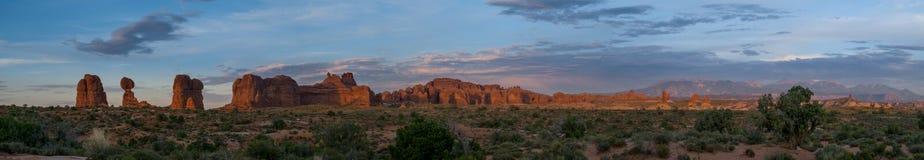 Panorama dos arcos no crepúsculo Imagens de Stock Royalty Free