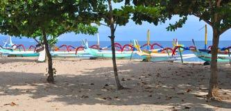 Panorama dos barcos de pesca de Bali em Sanur, Indonésia. Imagens de Stock Royalty Free
