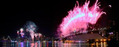 Panorama dos fogos-de-artifício do porto NYE de Sydney Fotos de Stock