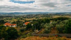 Panorama dos montes e dos bosques verde-oliva que cercam Belmonte, Castelo Branco, Portugal imagens de stock