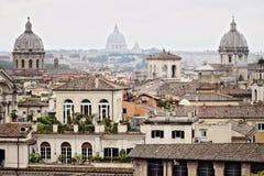 Panorama dos telhados de Roma com as tr?s ab?badas da igreja fotografia imagens de stock royalty free