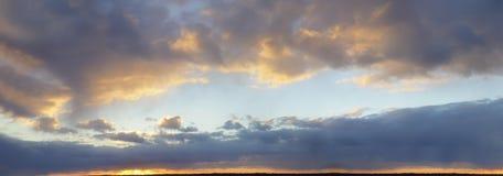 Panorama-drastischer Himmel bei Sonnenuntergang Lizenzfreies Stockfoto