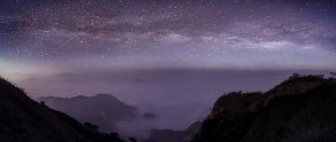Panorama droga mleczna w nocy z piękną wzgórze górą Milky spos?b i g?ry Fantastyczny widok z górami i gwiazdą zdjęcia stock