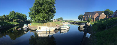 Panorama du canal et des bateaux images stock
