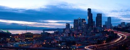 Panorama du centre de Seattle pendant la nuit Photos stock