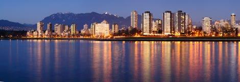 panorama du centre Vancouver de crépuscule Image stock