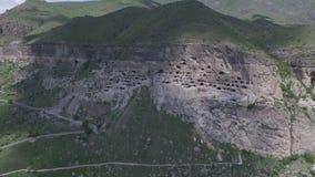 Panorama du complexe de temple de Vardzia, photographie aérienne banque de vidéos