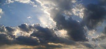Panorama du coucher du soleil avec des nuages de tempête photo stock