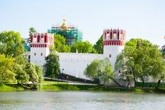 Panorama du couvent de Novodevichy, aussi monastère de Bogoroditse-Smolensky de l'étang à Moscou, Russie photographie stock libre de droits