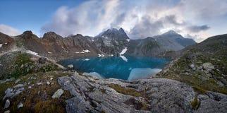 Panorama du lac bleu de montagne haut dans les montagnes intact Photos stock