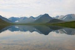 Panorama du lac grand Hadatayoganlor, jour nuageux d'août Yamal, Russie photographie stock libre de droits