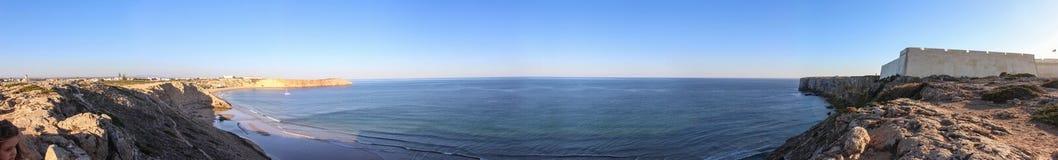 Panorama du littoral d'Algarve au Portugal images stock
