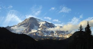 Panorama du mont Rainier comme ensembles de Sun Photographie stock libre de droits