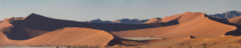 Panorama du paysage dunaire chez Sossusvlei image stock